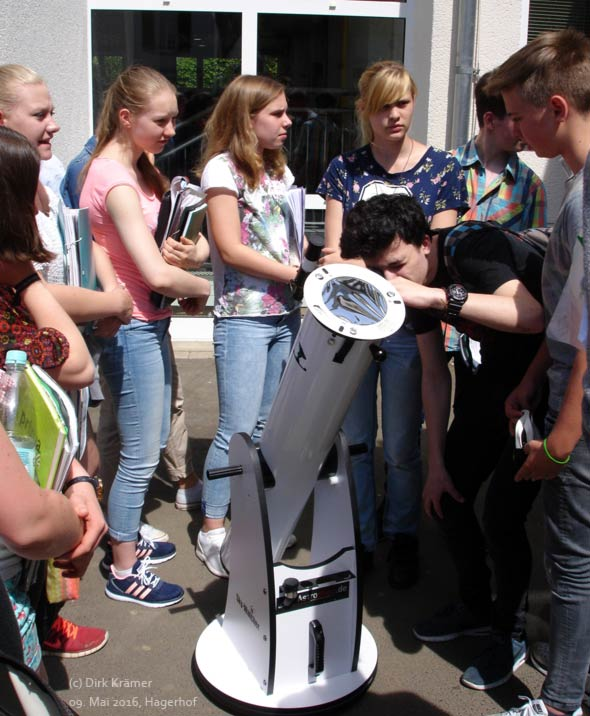 Schüler vom Schloss hagerhof bei der Beobachtung des Merkur-Transits vor der Sonne im Jahr 2016