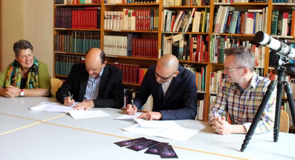 Michale Laufer und Christian Preuß unterzeichnen die Kooperationsvereinbarung zwischen Schloss Hagerhof und der Sternwarte Siebengebirge e.V.