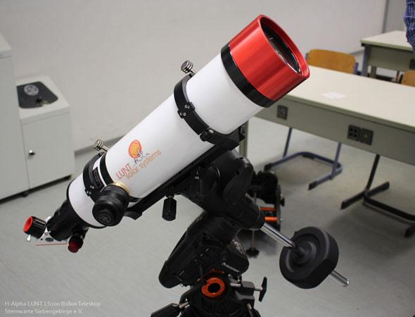 Frau auf der suche durch teleskop den vogel beobachten u stockfoto